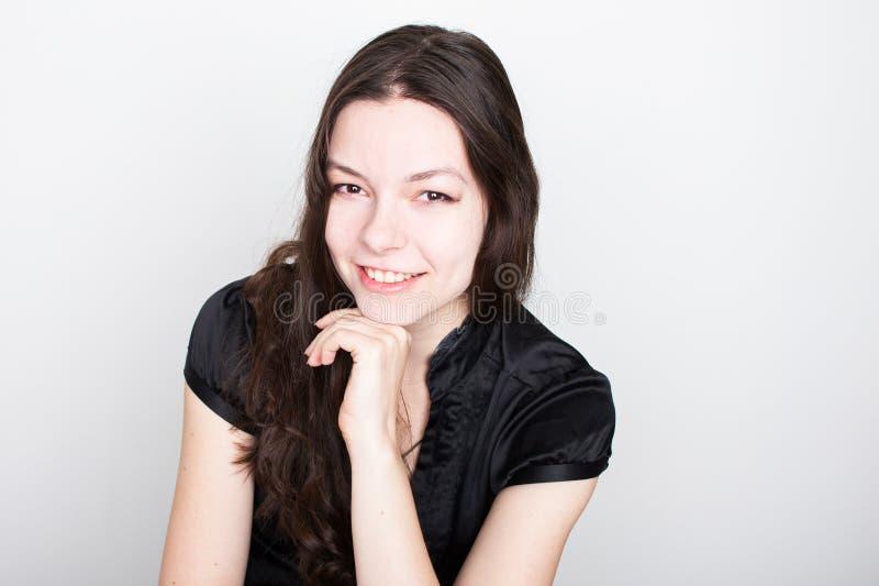 Sonrisa amistosa joven de la morenita Retrato de una mujer confiada joven, imagen de archivo