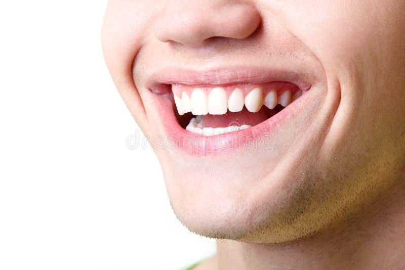 Sonrisa amplia hermosa del hombre joven con los grandes dientes blancos sanos imagenes de archivo