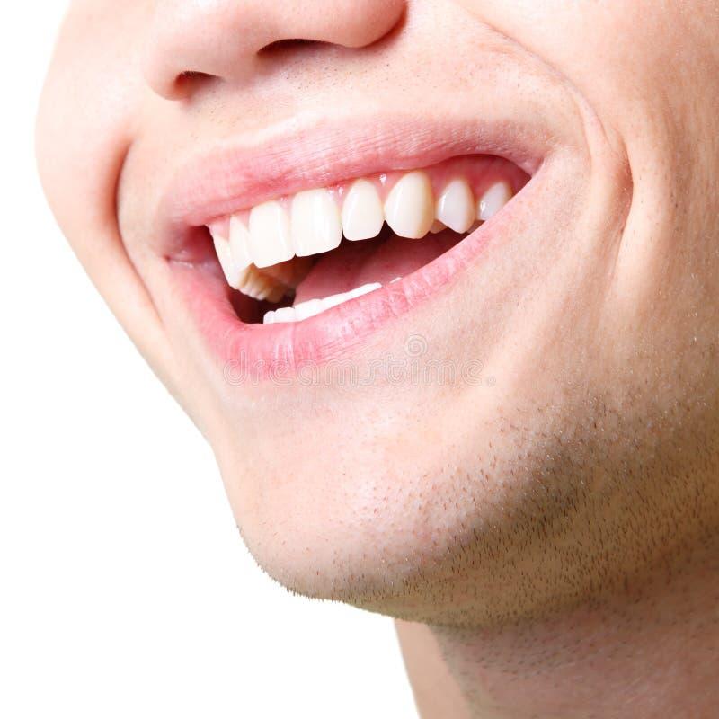 Sonrisa amplia hermosa del hombre joven con los grandes dientes blancos sanos fotos de archivo libres de regalías
