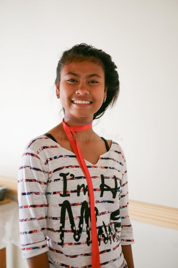 Sonrisa asiática de la muchacha del moreno hermoso natural joven imagen de archivo