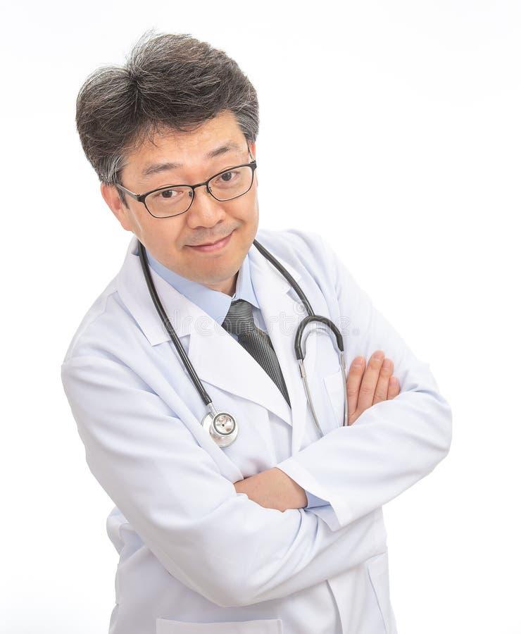 Sonrisa asiática del doctor Aislado en el fondo blanco foto de archivo