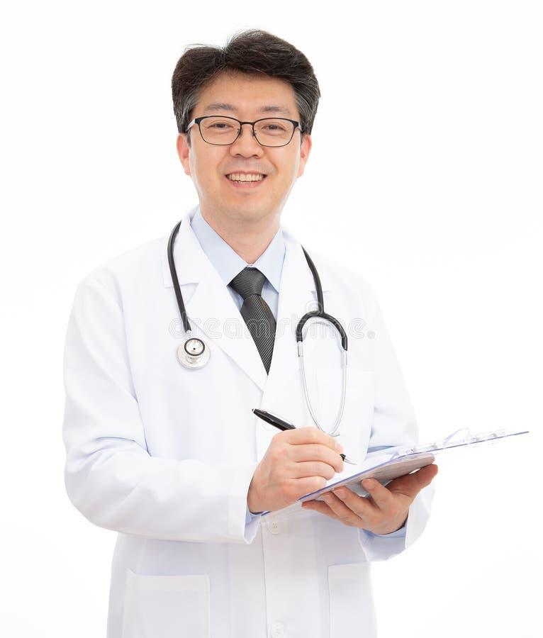 Sonrisa asiática del doctor Aislado en el fondo blanco imagen de archivo