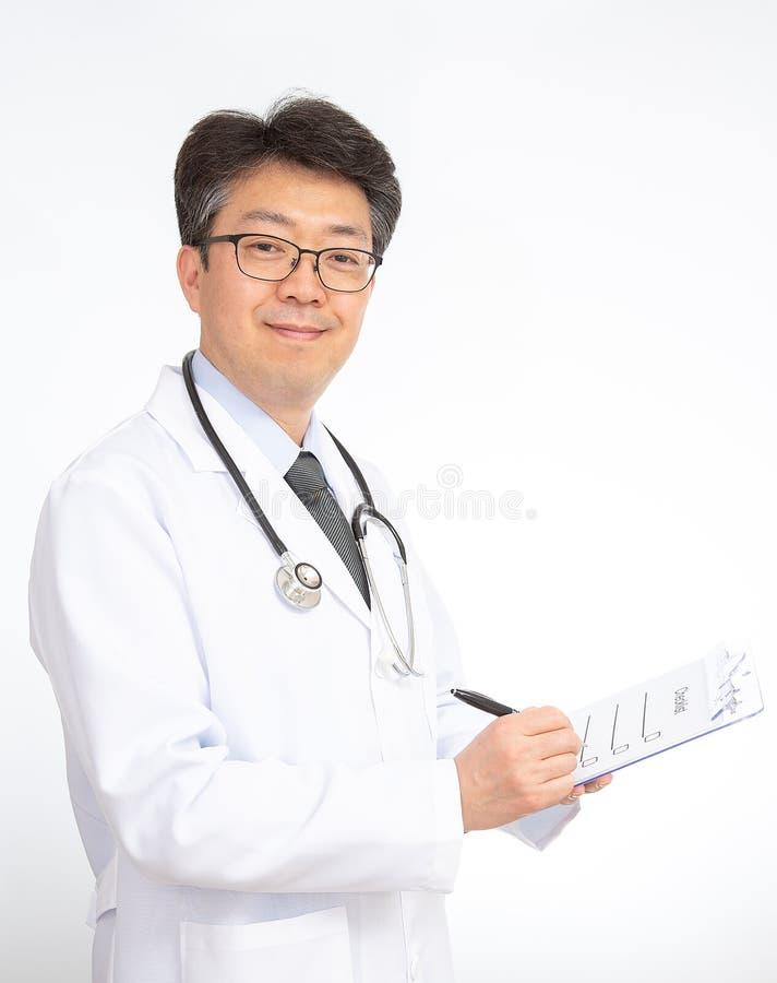 Sonrisa asiática del doctor Aislado en el fondo blanco fotos de archivo