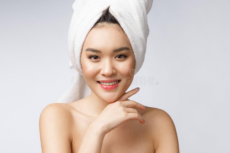 Sonrisa asiática encantadora hermosa de la mujer joven con los dientes blancos, sintiendo tan felicidad y alegre con la piel sana foto de archivo libre de regalías