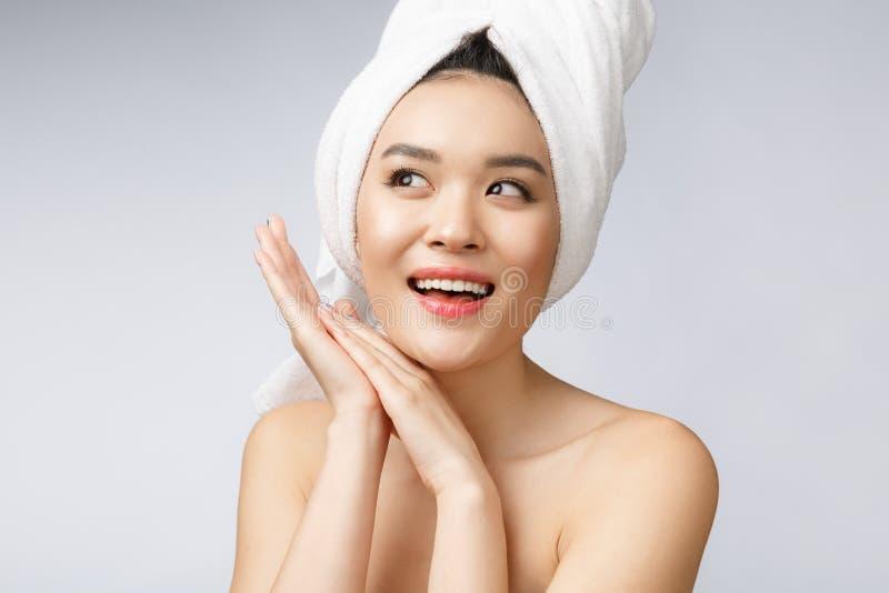 Sonrisa asiática encantadora hermosa de la mujer joven con los dientes blancos, sintiendo tan felicidad y alegre con la piel sana imagen de archivo