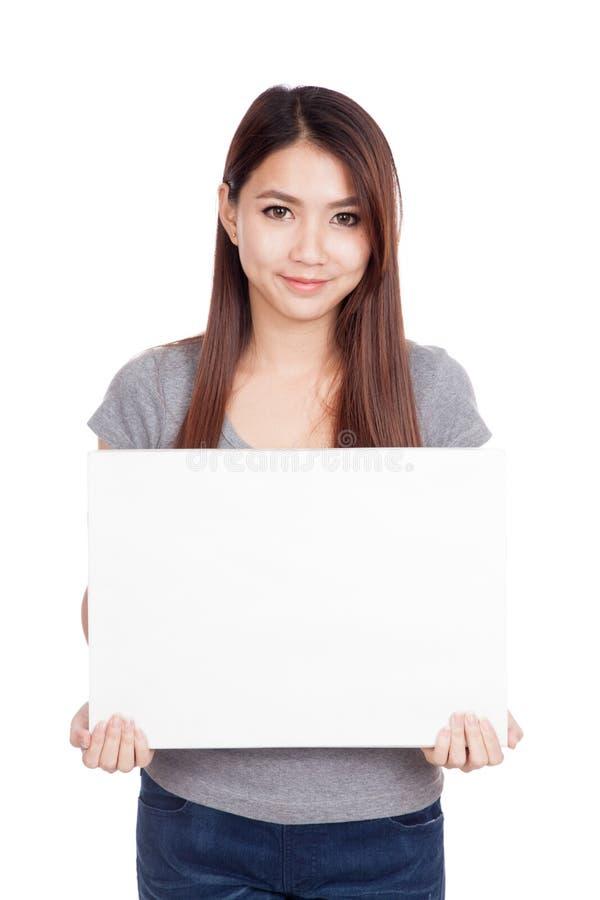 Sonrisa asiática joven de la mujer con la muestra en blanco fotos de archivo libres de regalías