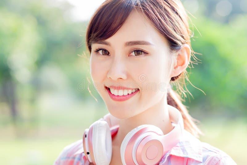 Sonrisa asiática joven de la mujer en usted fotos de archivo