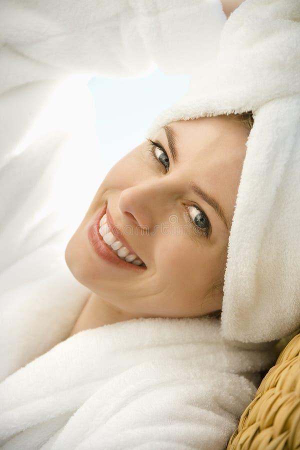 Sonrisa atractiva de la mujer. imagenes de archivo
