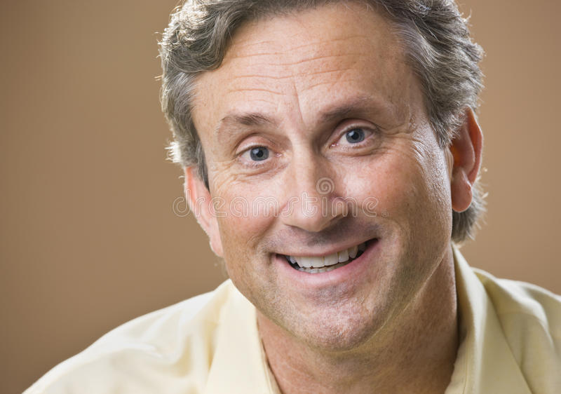 Sonrisa atractiva del varón fotos de archivo