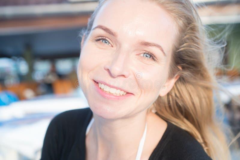 Sonrisa bonita de la muchacha imagen de archivo libre de regalías