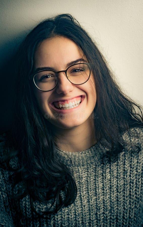 Sonrisa bonita de la muchacha imagen de archivo