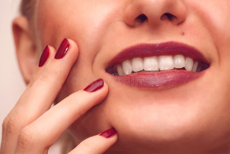 Sonrisa bonita de la muchacha primer de la cara con la manicura imagen de archivo