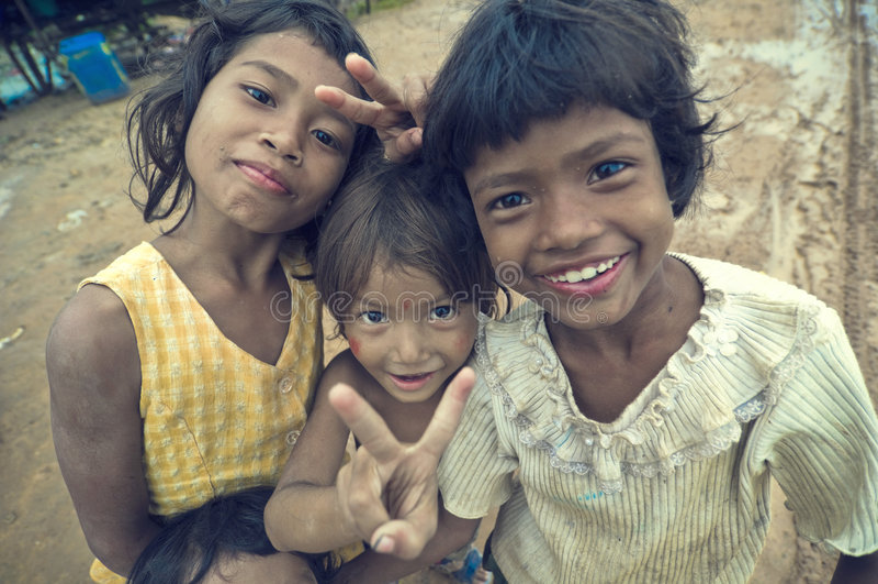 Sonrisa camboyana pobre de los cabritos imagenes de archivo