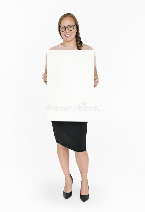 Sonrisa caucásica de señora Holding Blank Paper imagen de archivo