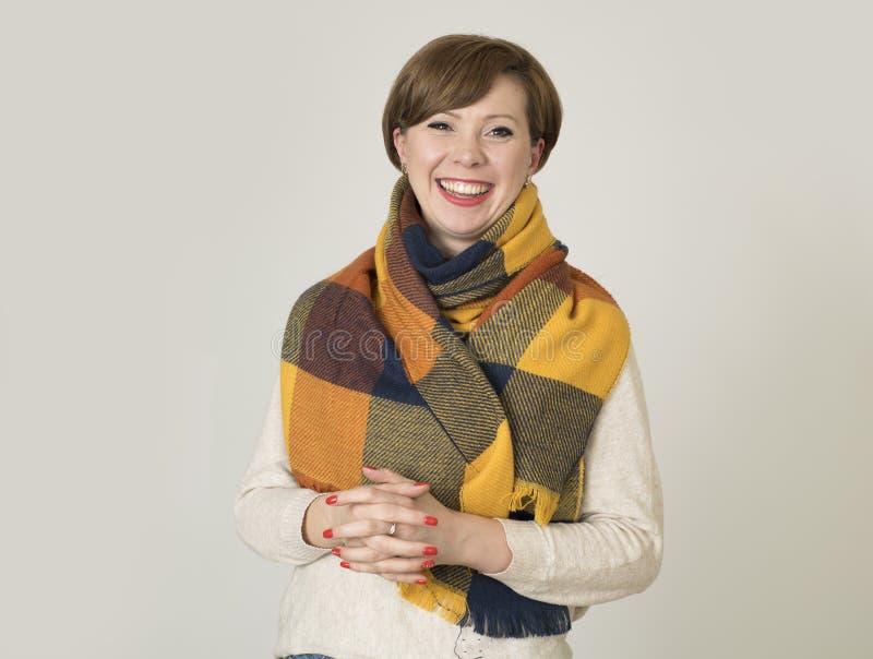 Sonrisa colorida suéter joven de la mujer del pelo 30s y de la bufanda rojos hermosos y elegantes del otoño feliz imagen de archivo libre de regalías