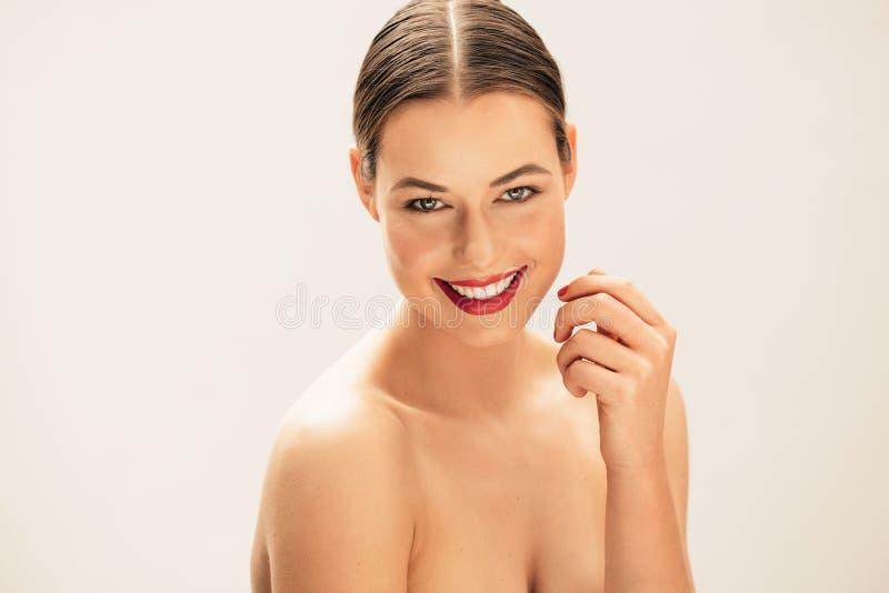 Sonrisa con las tetas al aire joven hermosa de la mujer imagenes de archivo