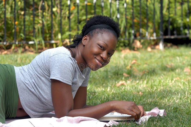 Download Sonrisa con un libro imagen de archivo. Imagen de étnico - 193329