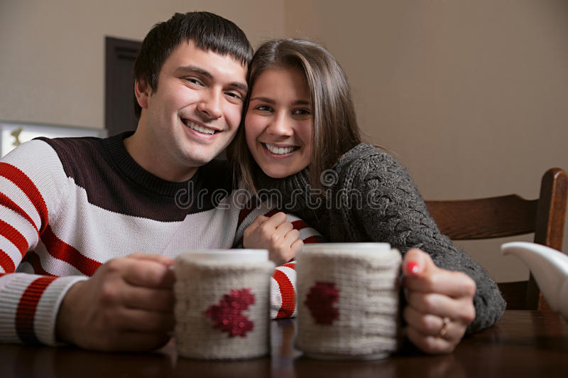 Sonrisa de consumición del té del hombre y de la mujer imagen de archivo libre de regalías