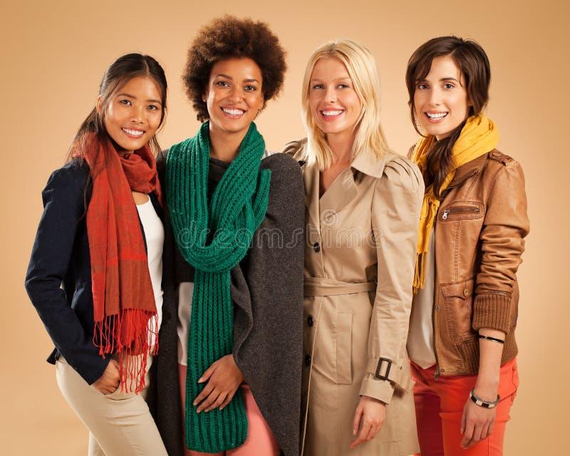 Sonrisa de cuatro diversa mujeres fotografía de archivo libre de regalías