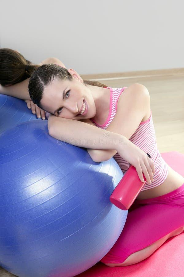 Sonrisa de la botella de agua de la bola de los pilates de la mujer de los aeróbicos fotografía de archivo libre de regalías