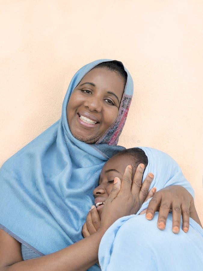 Sonrisa de la madre y de la hija, amor maternal y dulzura fotografía de archivo