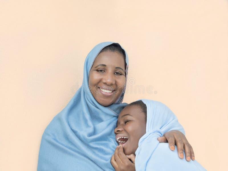 Sonrisa de la madre y de la hija, amor maternal y dulzura foto de archivo libre de regalías