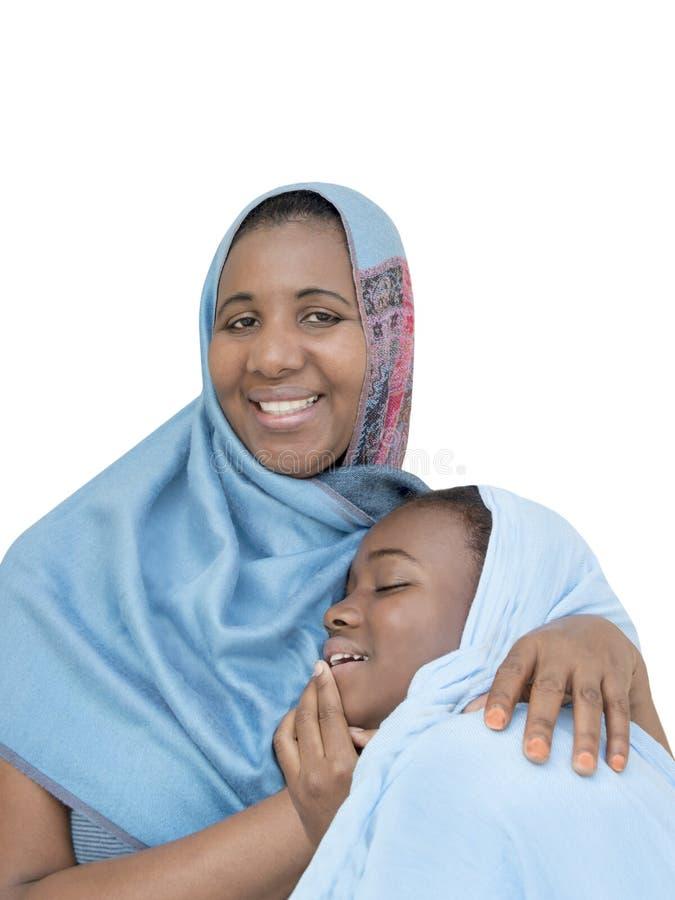 Sonrisa de la madre y de la hija, amor maternal y dulzura, aislados imagen de archivo