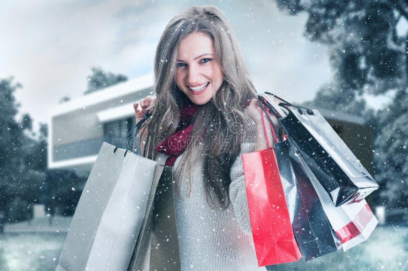 Sonrisa de la mujer de las compras del invierno feliz imágenes de archivo libres de regalías