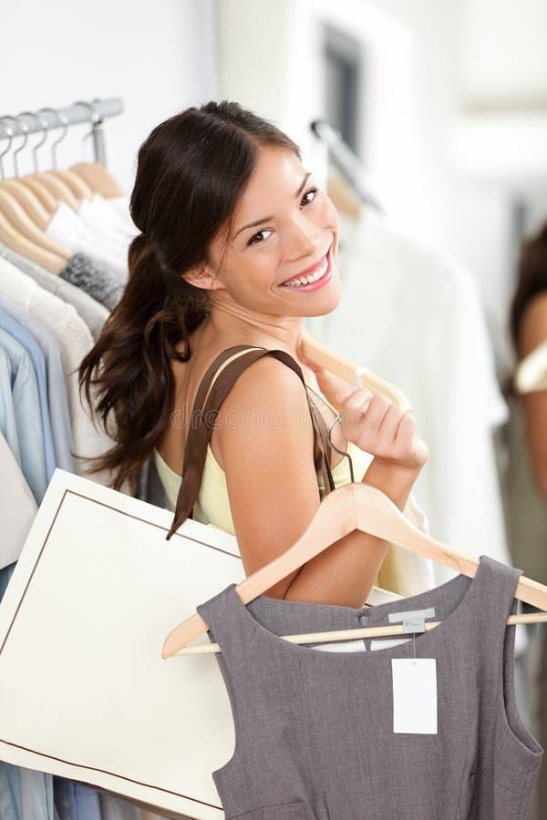 Sonrisa de la mujer de las compras feliz imagenes de archivo