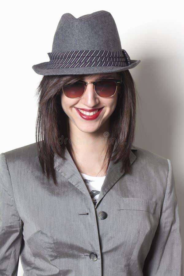 Sonrisa de la mujer del gángster foto de archivo