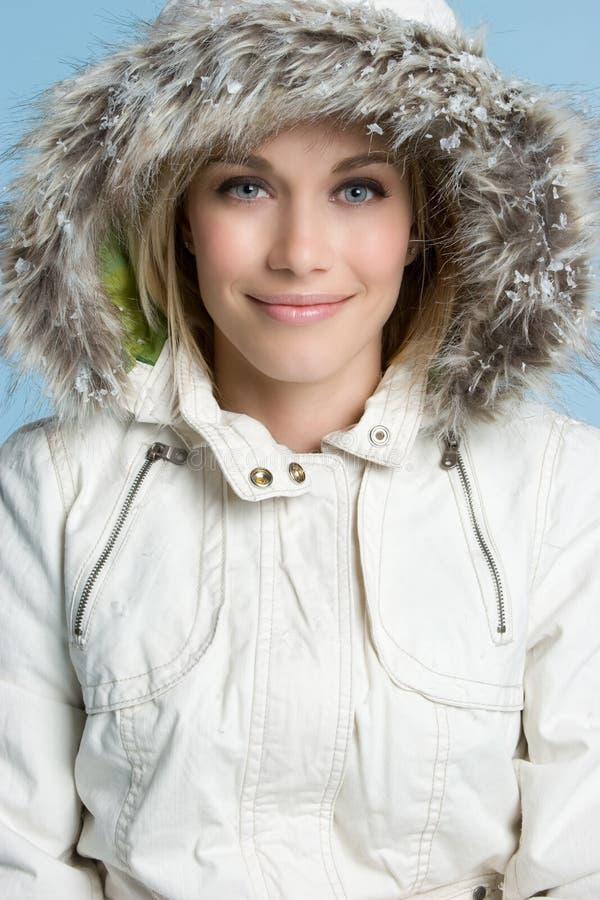 Sonrisa de la mujer del invierno imagen de archivo