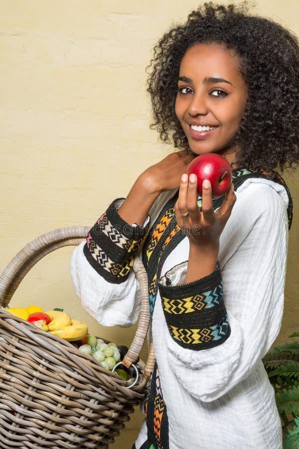 Sonrisa de la mujer etíope fotos de archivo