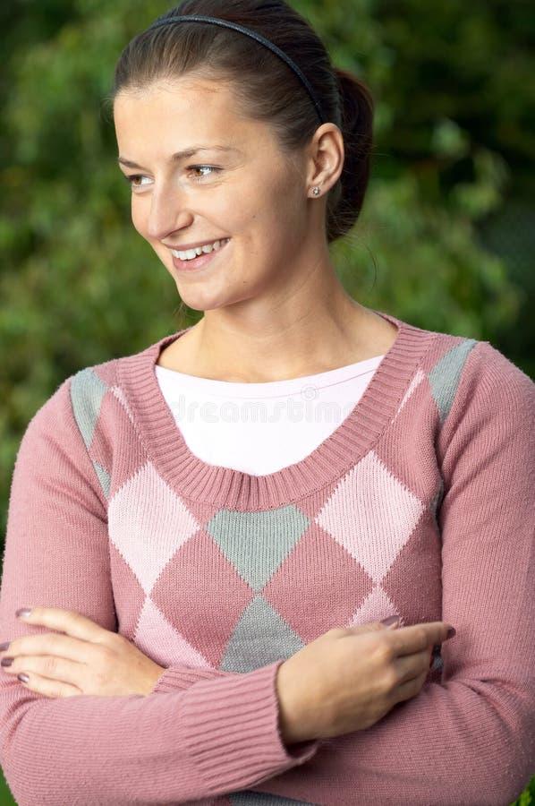 Sonrisa de la mujer joven imagen de archivo libre de regalías