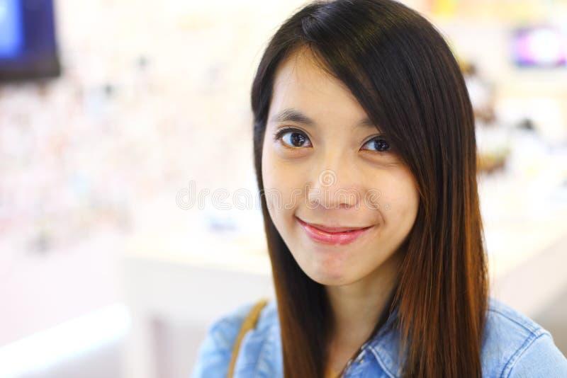 Sonrisa de la mujer joven amistosa fotos de archivo libres de regalías
