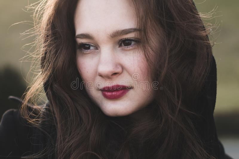 Sonrisa de la mujer de moda, elegante al aire libre foto de archivo libre de regalías