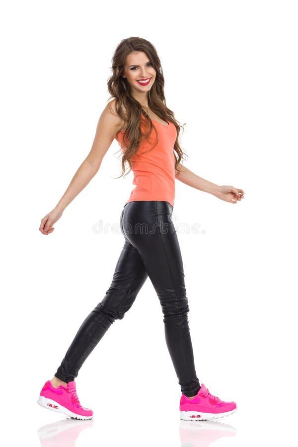Sonrisa de la mujer que camina foto de archivo