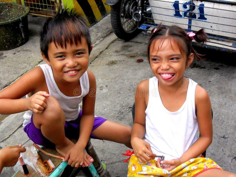 Sonrisa de las chicas jóvenes y de los muchachos imagen de archivo libre de regalías