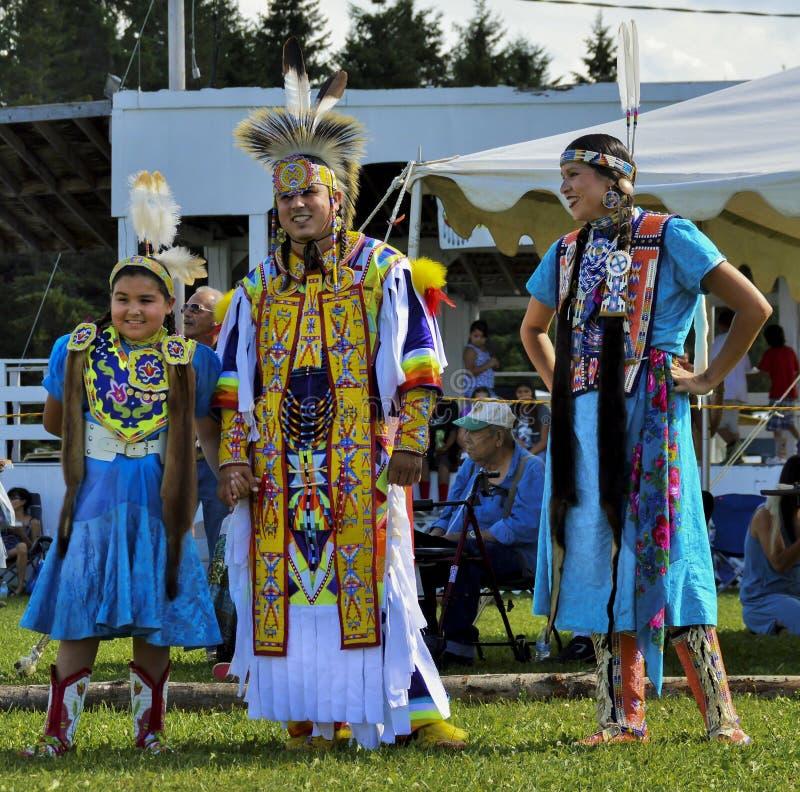 Sonrisa de los bailarines de la familia del Micmac del nativo americano imagen de archivo libre de regalías