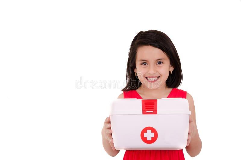 Sonrisa de los jóvenes femenina llevando primeros auxilios portátiles imagen de archivo