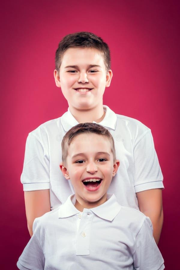 Sonrisa de los pequeños hermanos foto de archivo libre de regalías