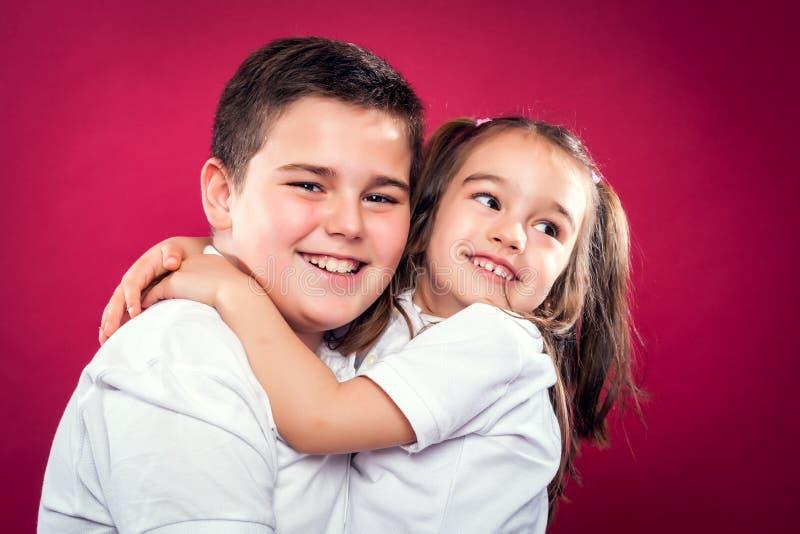 Sonrisa de los pequeños hermanos fotos de archivo