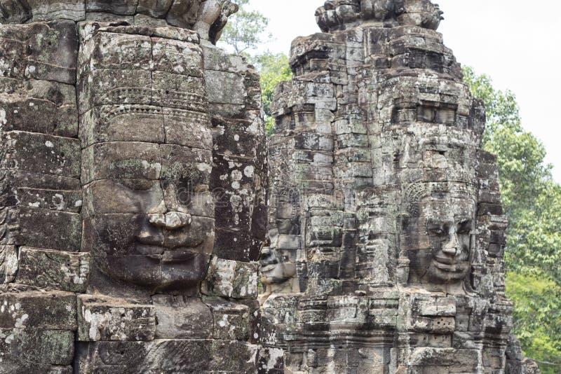 Sonrisa de piedra de la cara del templo budista antiguo Bayon en el complejo de Angkor Wat, Camboya Arte del Khmer fotografía de archivo libre de regalías