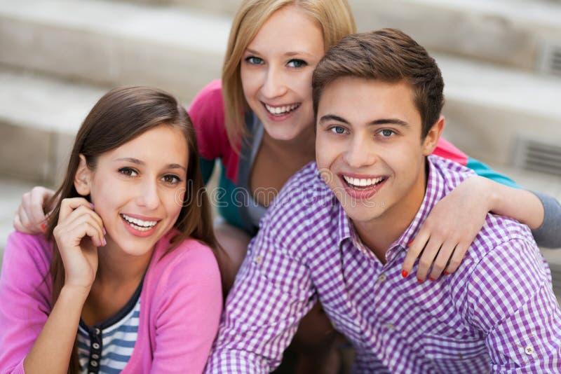 Sonrisa de tres personas jovenes fotos de archivo libres de regalías