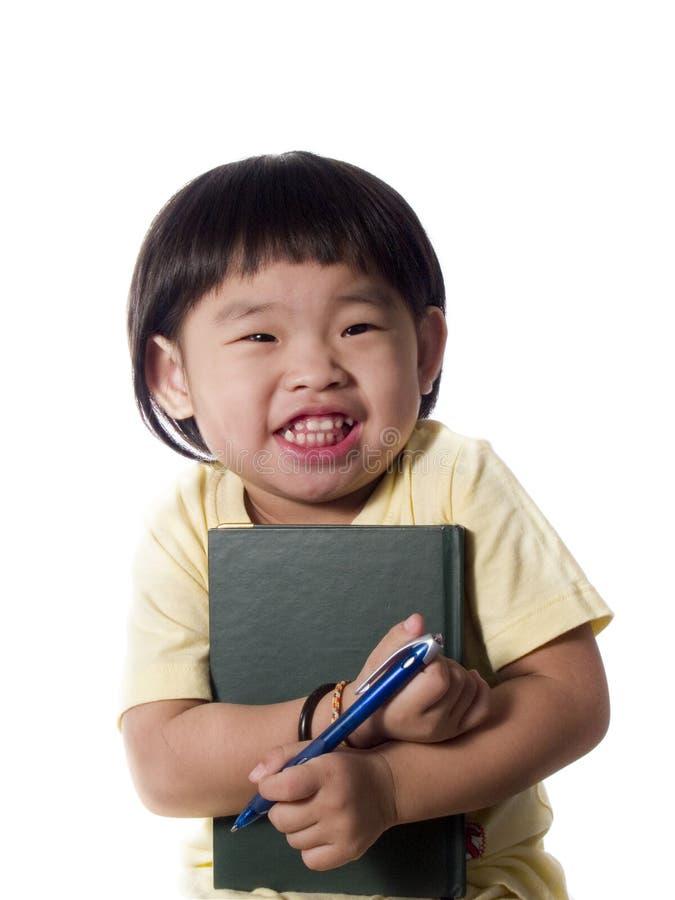 Sonrisa del cabrito con el libro fotografía de archivo