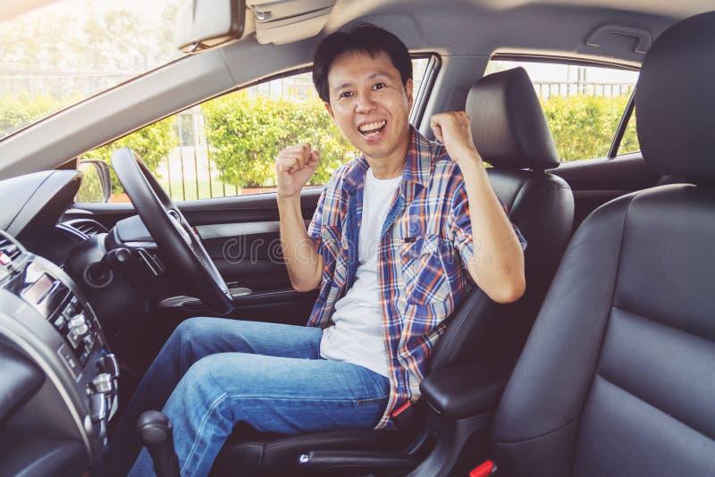 Sonrisa del hombre de Asia feliz y coche de la impulsión fotos de archivo