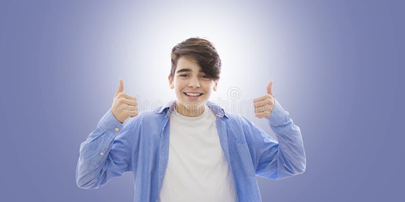 Sonrisa del hombre joven imágenes de archivo libres de regalías
