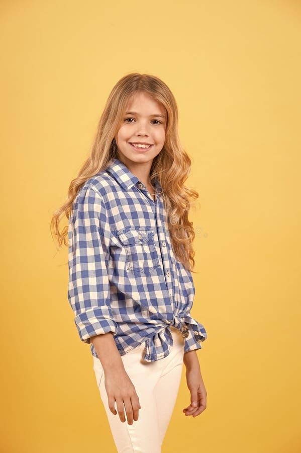 Sonrisa del modelo del niño con el pelo rubio largo imagenes de archivo