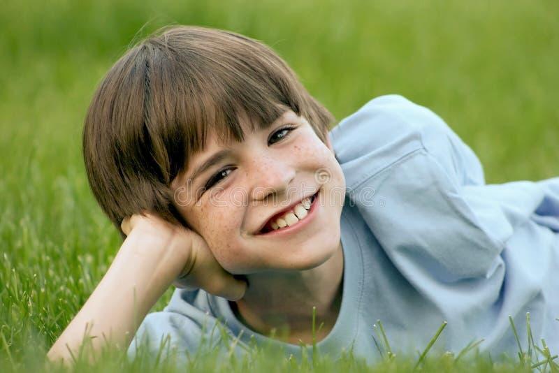 Sonrisa del muchacho imagen de archivo