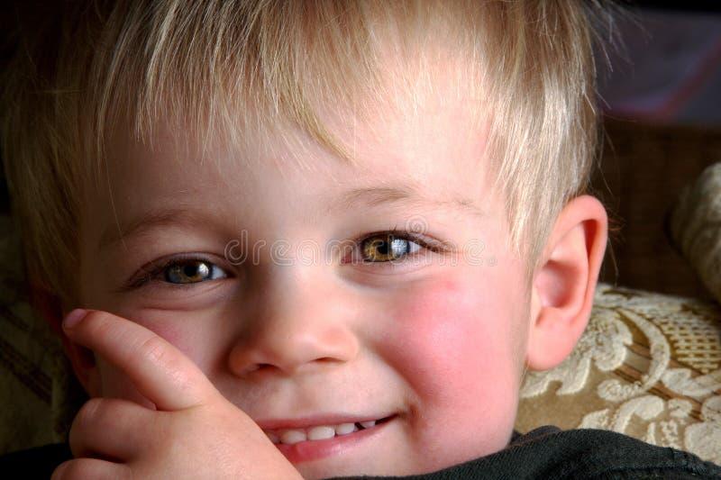sonrisa del niño joven fotografía de archivo libre de regalías