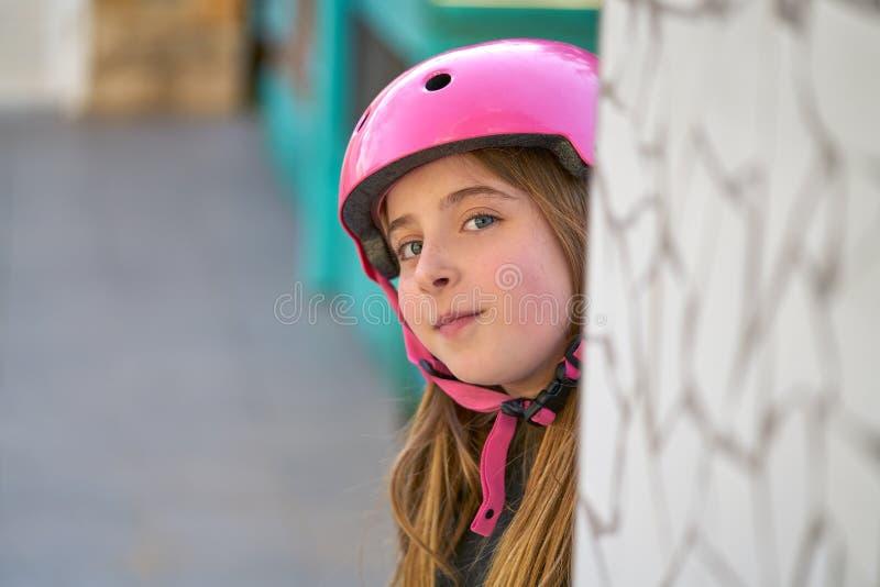 Sonrisa del retrato del casco de la muchacha del patín del niño de Blonk foto de archivo libre de regalías